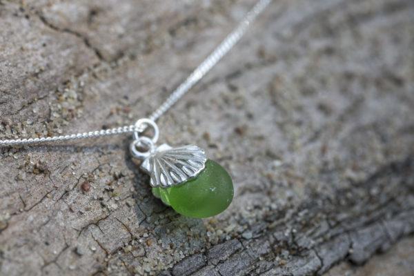 Seeglas Schmuck: Kette mit Muschelanhänger und grünem Seeglas